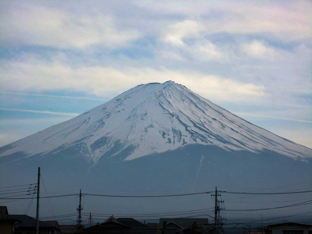 コンビニ駐車場から望む富士山