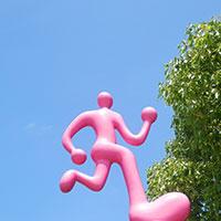 走るピンクの人