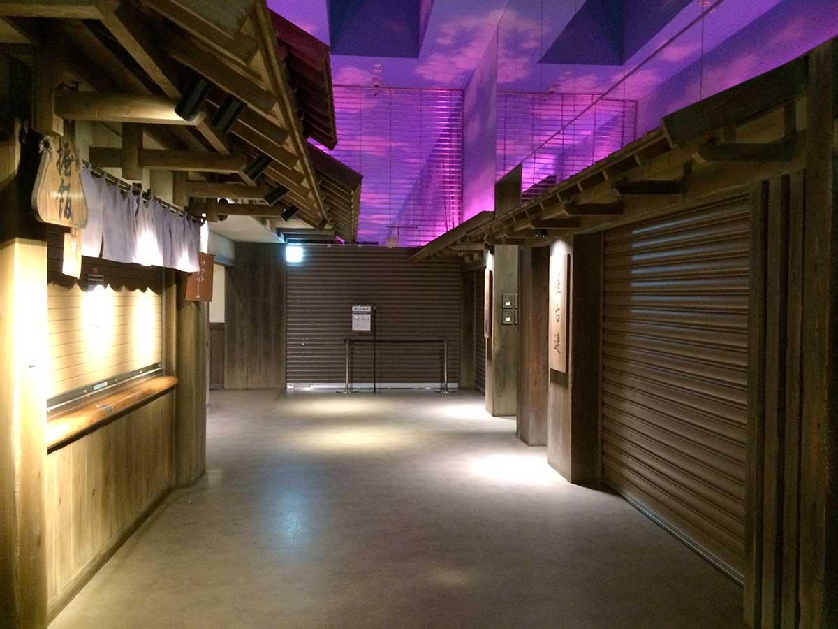 紫色に光る天井